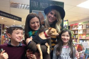 VIDEO: Crowds queue to meet Tuna the Chiweenie, an underdog with an overbite, on his visit to Oxford